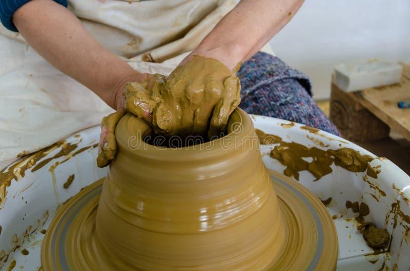 Garncarka robi ceramicznemu garnkowi na ceramicznej glinie obraz stock