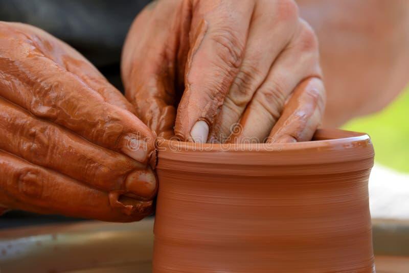 garncarka robi ceramicznemu garnkowi na ceramicznym kole obraz stock