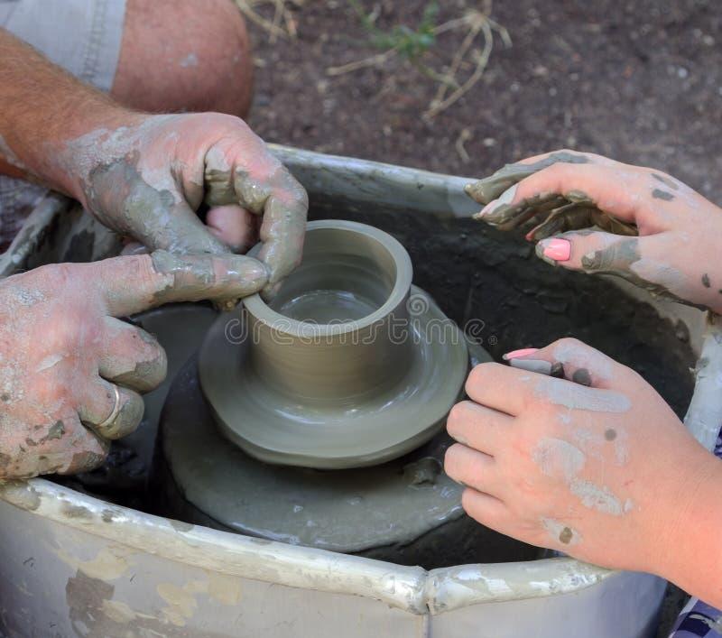 Garncarka robi glinianej filiżance obraz stock
