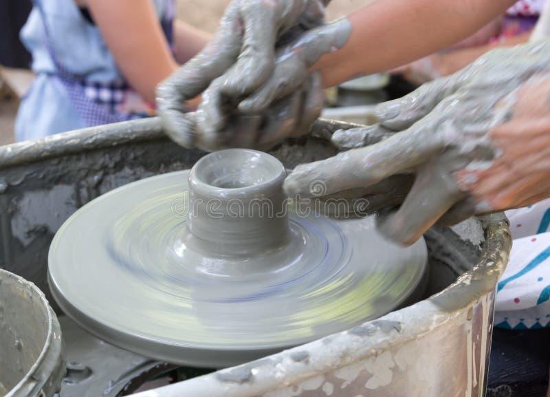 Garncarka robi glinianej filiżance zdjęcie royalty free
