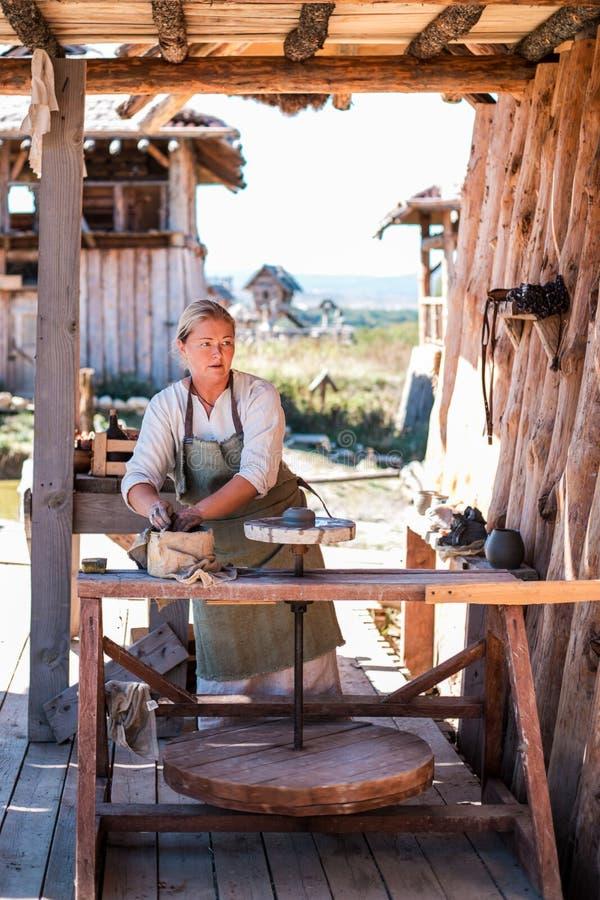 Garncarka tworzy earthenware na garncarki ` s kole zdjęcia stock