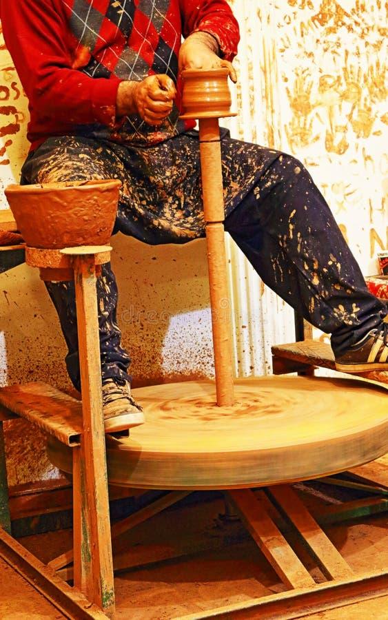 Garncarka tworzy glinianego garnek zdjęcia royalty free