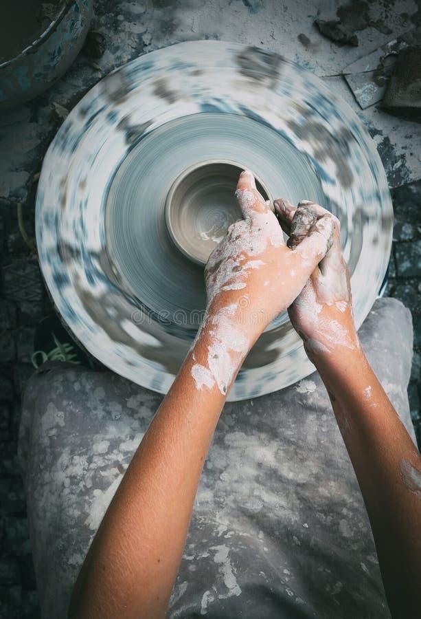 Garncarki dziecka i koła ręki robi pucharowi Odgórnego widoku vertical ja zdjęcia royalty free