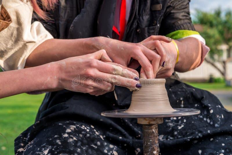 garncarstwo Men& x27; s ręki robią glinianemu garnkowi lub dzbankowi na maszynie On i obraz stock