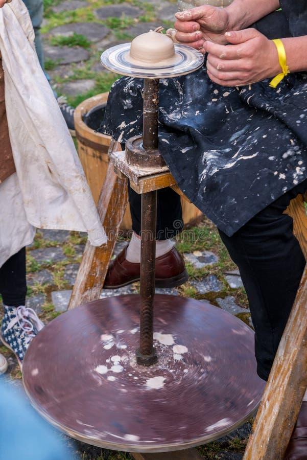 garncarstwo Men& x27; s ręki robią glinianemu garnkowi lub dzbankowi na maszynie Ma zdjęcia stock