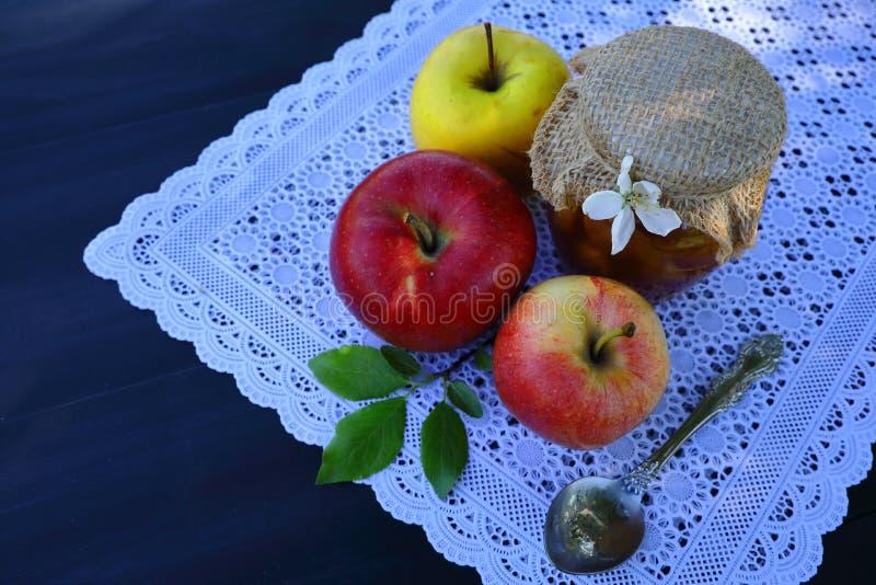 Garnek jabłczany dżem i jabłka zdjęcia stock