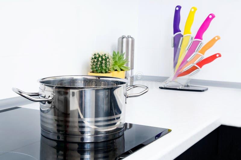 Garnek w nowożytnej kuchni z indukci kuchenką zdjęcie stock