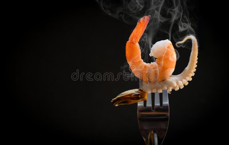 Garnele auf Gabel/gekochten Meeresfrüchtegarnelengarnelenmiesmuschelkalmartentakeln des feinschmeckerischen Abendessens des Krake lizenzfreie stockfotos