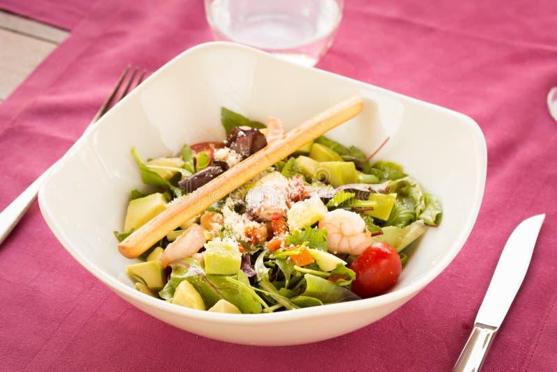 Garnele- und Avocadosalat lizenzfreie stockbilder