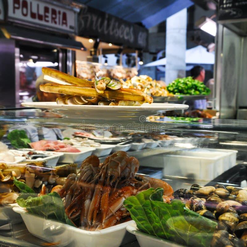 Garnelen-, Bambussteckfassungsmessermuscheln und Miesmuscheln auf Eis im Glaskasten des Cafés bei Mercat de Sant Josep, Boqueria- stockfotografie