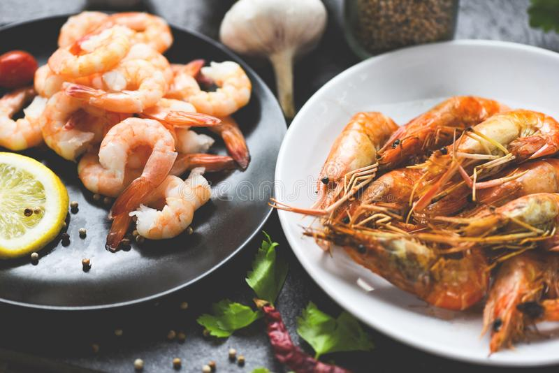 Garnelen, gegrillt, gegrillt, Meeresfrüchte und gekocht auf weißem Tafeltisch / Garnelen Garnelen Garnelen gebrannter Grill mit Z stockfotos