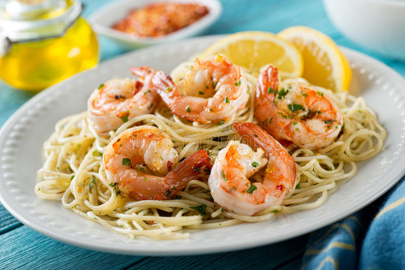Garnelen-Scampi mit Spaghettis lizenzfreie stockbilder