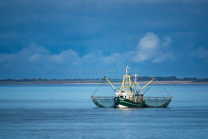 Garnelenboot auf der Nordsee lizenzfreies stockbild