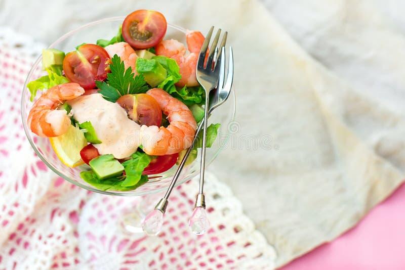 Garnelencocktailsalat mit Avocado, Tomate und Kopfsalat lizenzfreies stockfoto