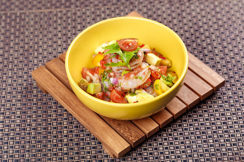 GarnelenKrabbencocktailsalat mit Avocado, Tomate und Kopfsalat stockbild