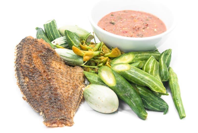 Garnelenpastesoße und Deep fried getrocknete Haut Gourami fischen mit v lizenzfreie stockbilder