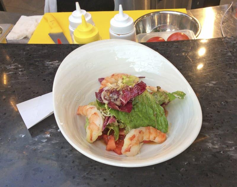 Garnelensalat in einem Café stockbilder