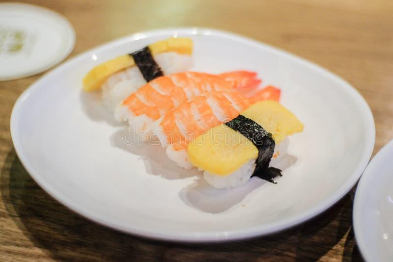 Garnelensushi Amaebi und Japaner rollten Omelett tamagoyaki stockfoto