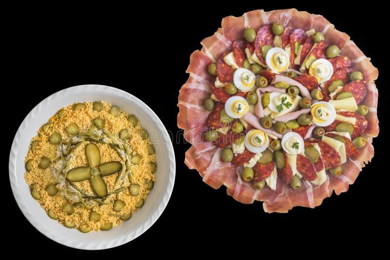 Garnerad välsmakande maträtt för aptitretare med traditionella uppfriskande Olivier Salad Isolated på svart bakgrund fotografering för bildbyråer