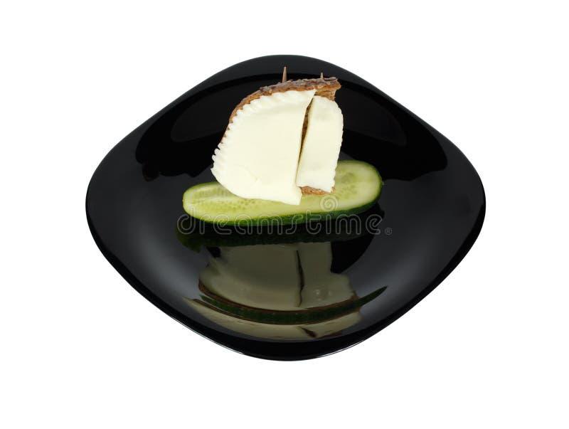 Garnering av mat Seglingskepp från ost, gurkan och bröd arkivfoto