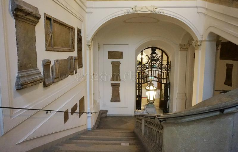 Garnering av trappan som leder till det nationella österrikiska arkivet på den Hofburg slotten arkivfoto