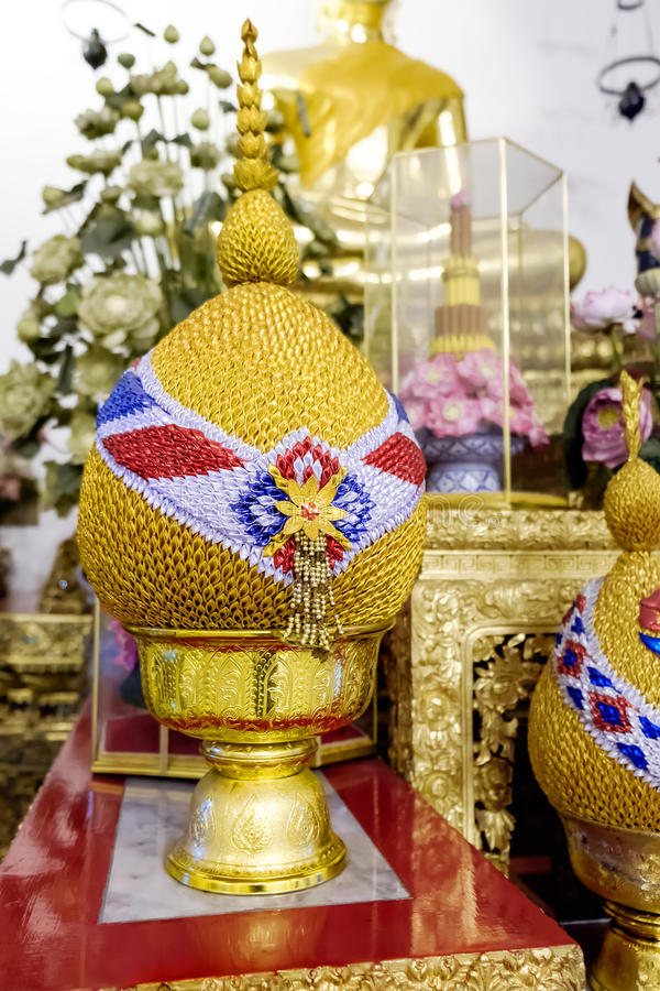 Garnering bredvid den stora guld- Buddha för staty, Wat Pho offentlig tempel, Bangkok, Thailand royaltyfri foto