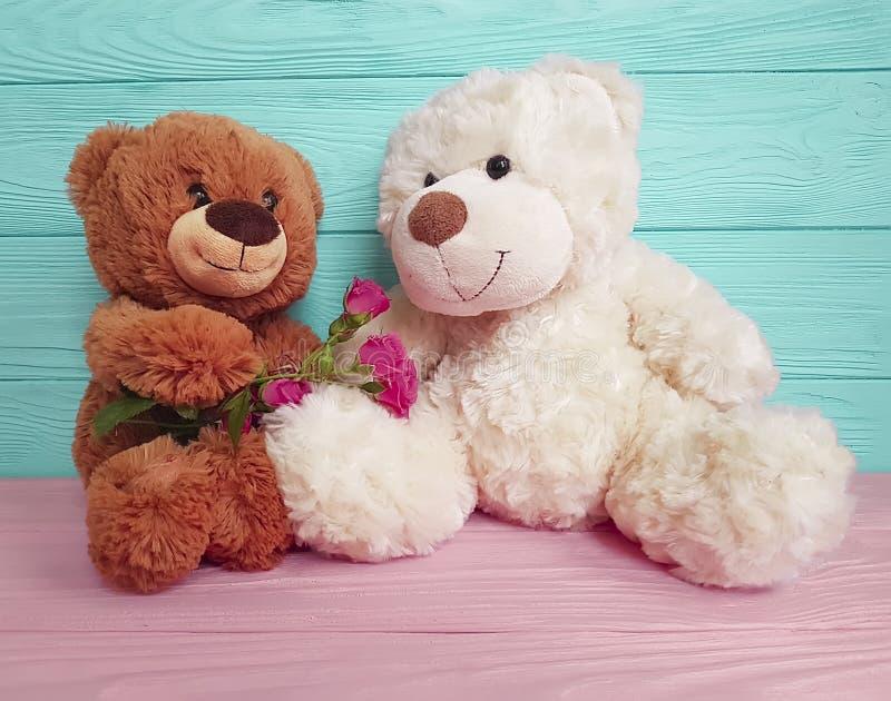 Garnering för bakgrund för födelsedag för softness för gåva för björnleksakblomma trä royaltyfria bilder