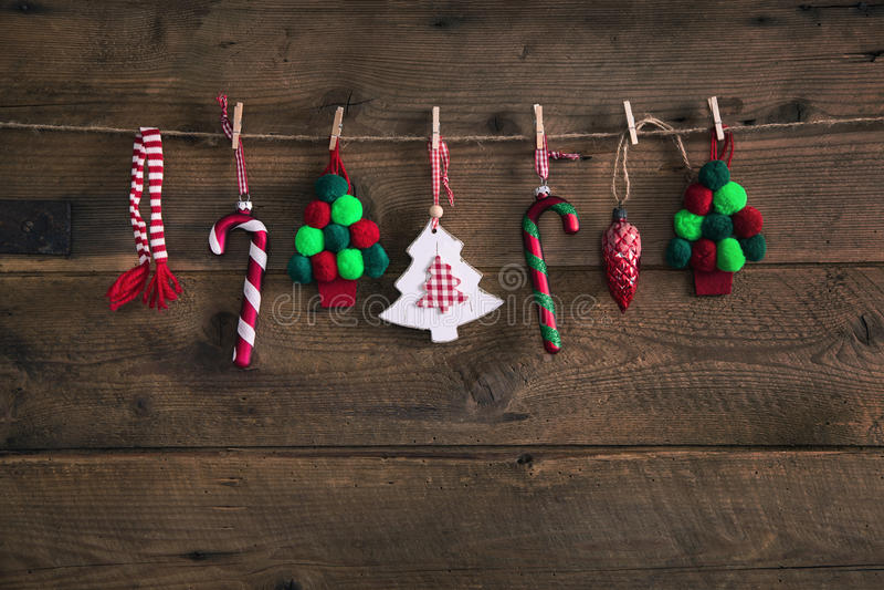 Garnering för jul för landsstil som handgjord hänger på en gammal ru arkivbild