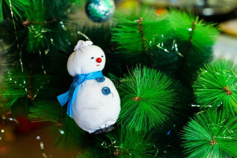 Garnering för jul/för nytt år på en filial av ett granträd royaltyfri fotografi