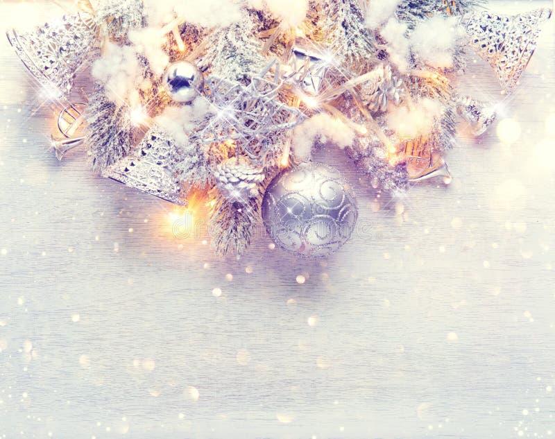 Garnering för jul och för nytt år över vit wood bakgrund royaltyfria bilder
