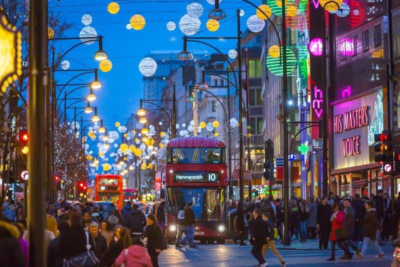 Garnering för julljus på den Oxford gatan och massor av människor royaltyfria bilder