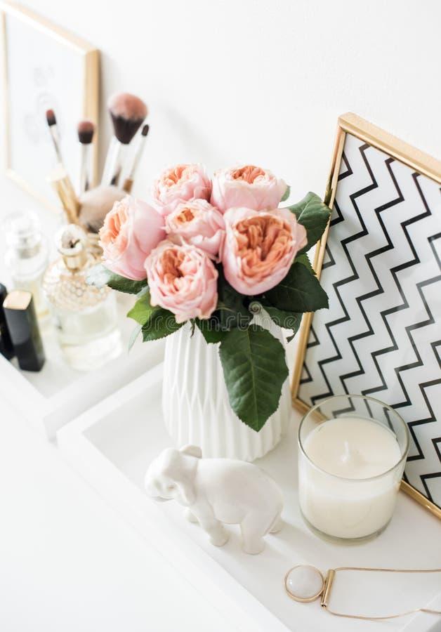 Garnering för Ladys dressingtabell med blommor, härliga detaljer, arkivfoton