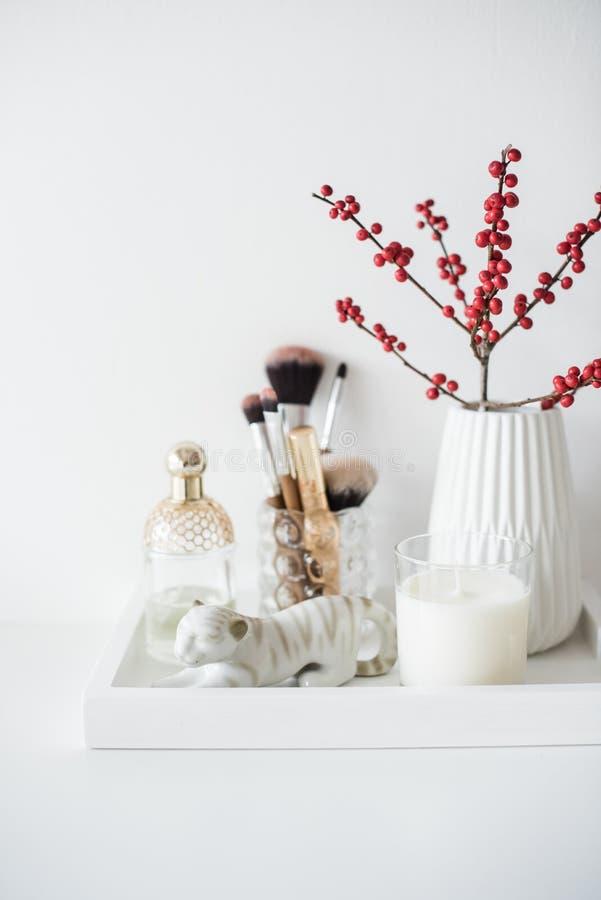 Garnering för Ladys dressingtabell med blommor, härliga detaljer, royaltyfria foton