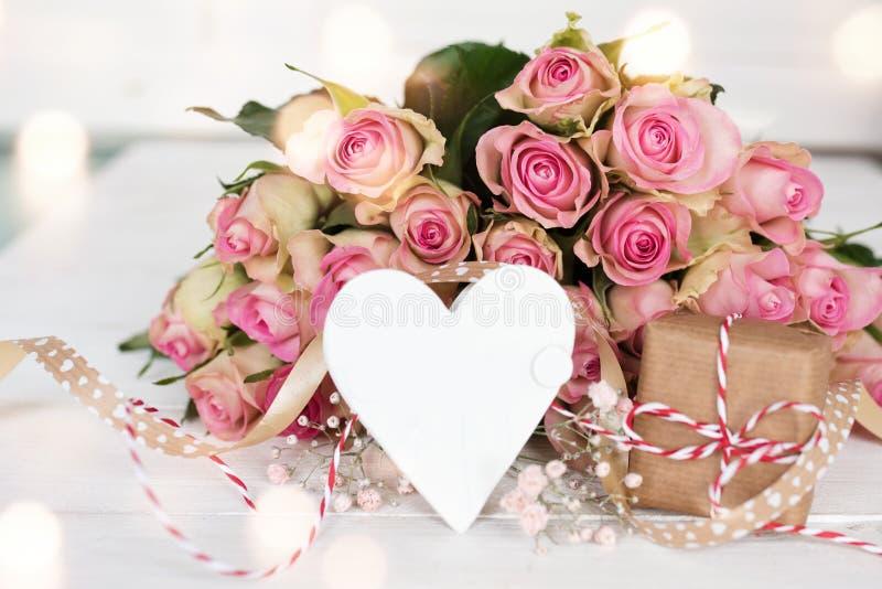 Garnering för moderdag med en bukett av rosa rosor arkivbilder