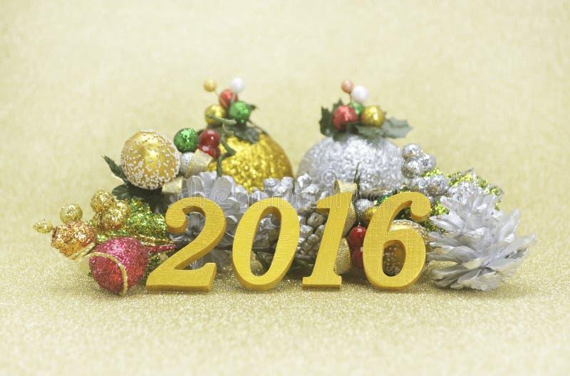 garnering för nytt år 2016 med julprydnaden på guld- backgro arkivbilder