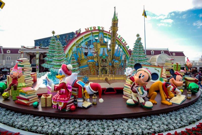Garnering för tema för jul för Disney ` s på den huvudsakliga ingången av Tokyo Disneyland royaltyfri foto