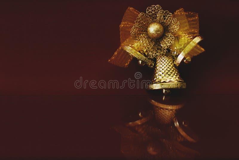 Garnering f?r ` s f?r nytt ?r Festlig guld- klocka på en burgundy bakgrund med ett utrymme för text royaltyfria foton