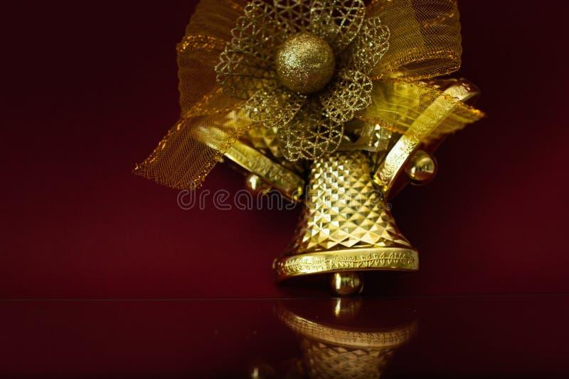 Garnering f?r ` s f?r nytt ?r Festlig guld- klocka på en burgundy bakgrund med ett utrymme för text arkivbilder