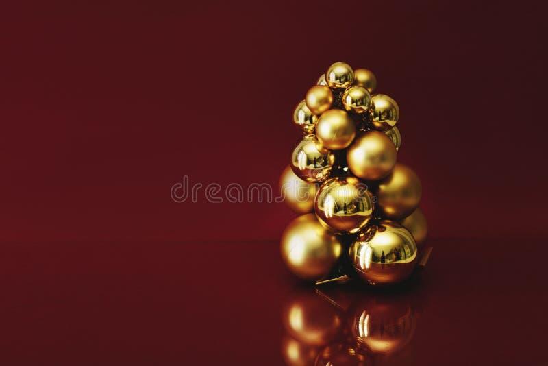 Garnering f?r ` s f?r nytt ?r Guld- bollar på en burgundy bakgrund med ett utrymme för text royaltyfria foton