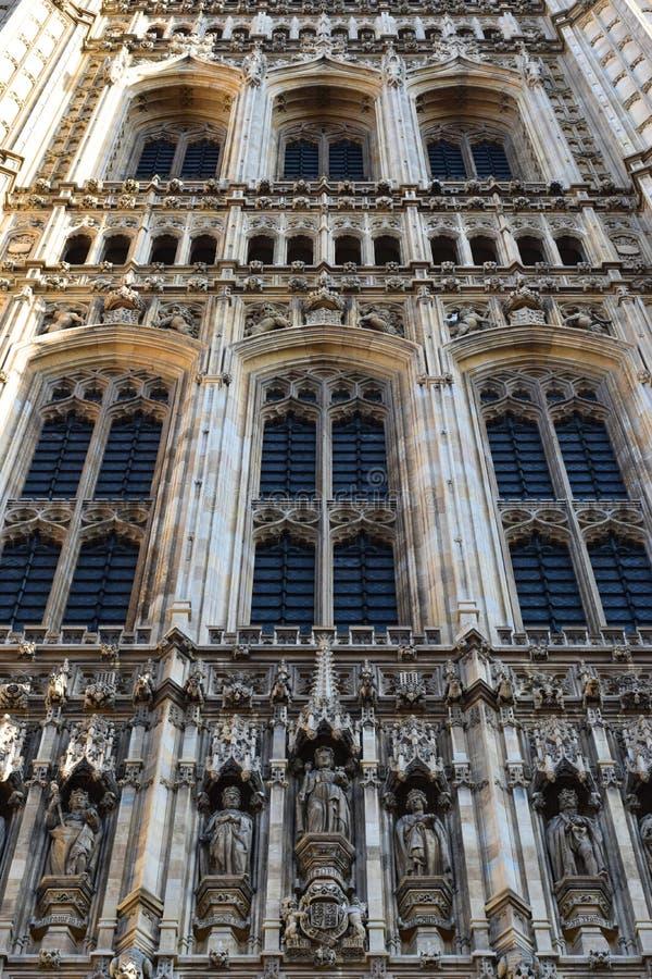 Garnering med statyer av konungar på ingången av den Westminster slotten i London royaltyfria foton