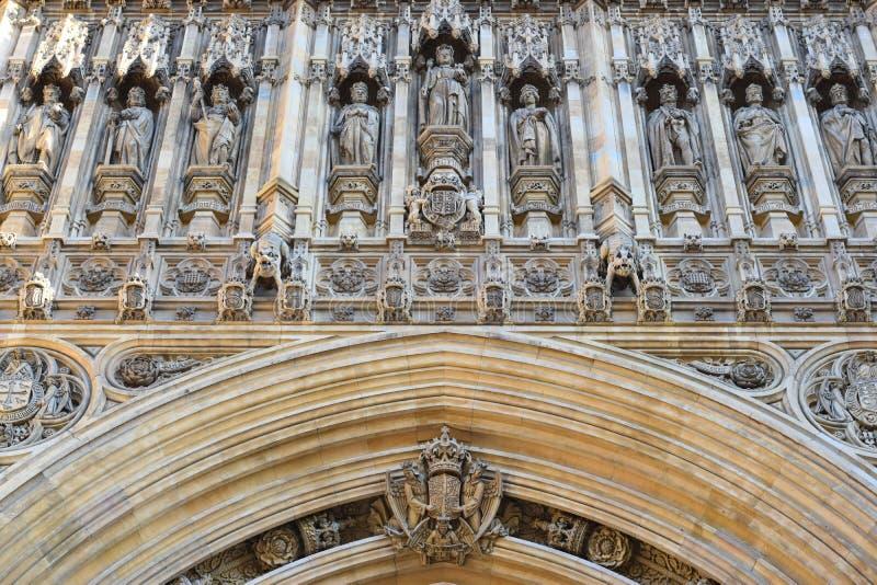 Garnering med statyer av konungar på ingången av en slott i London royaltyfri foto