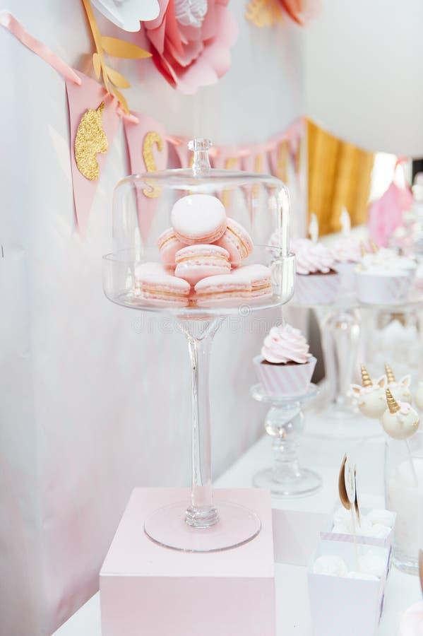 Garnering och kaka för ungefödelsedagparti arkivbild
