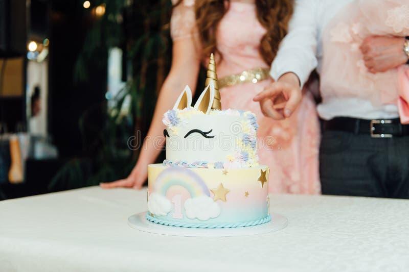 Garnering och kaka för ungefödelsedagparti royaltyfria foton