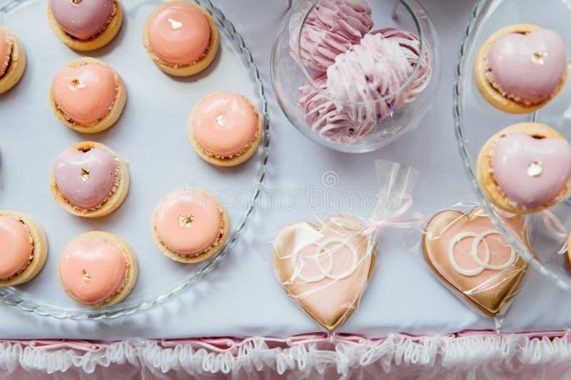 Garnering och kaka för ungefödelsedagparti dekorerad tabell royaltyfria bilder