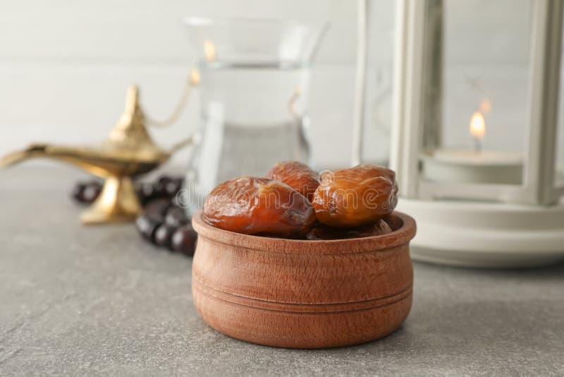 Garnering och mat av Ramadan Kareem ferie på den gråa tabellen arkivfoto
