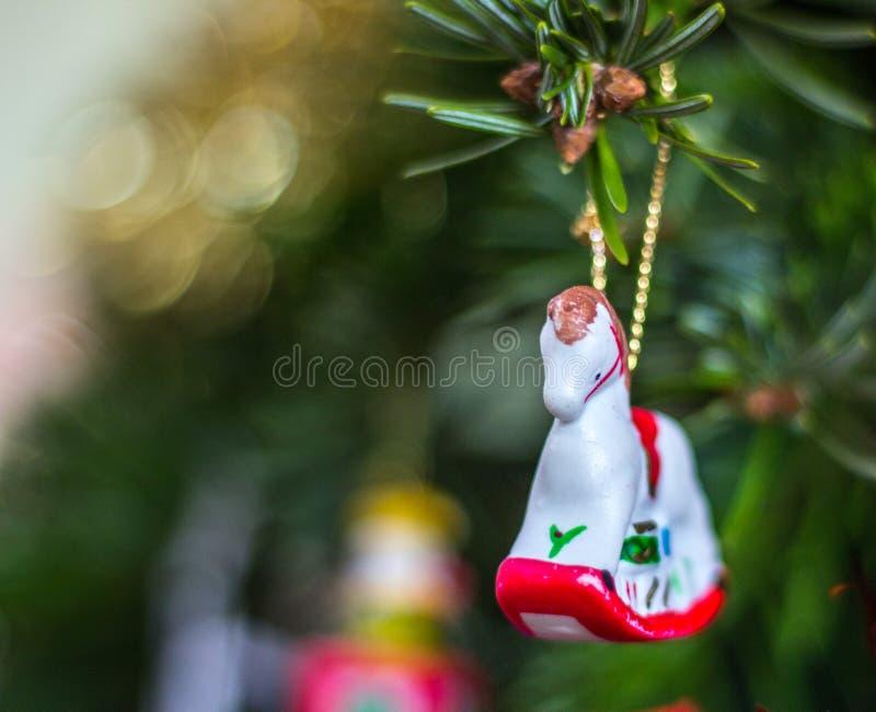 Garnering på en julgran, vagga häst arkivfoton