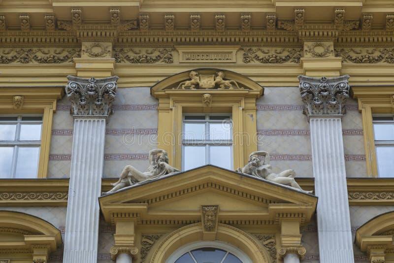 Garnering på fasaden arkivbilder