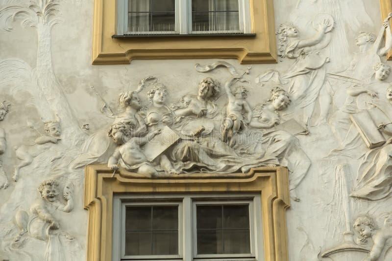Garnering på fasaden av den gamla villan royaltyfri foto