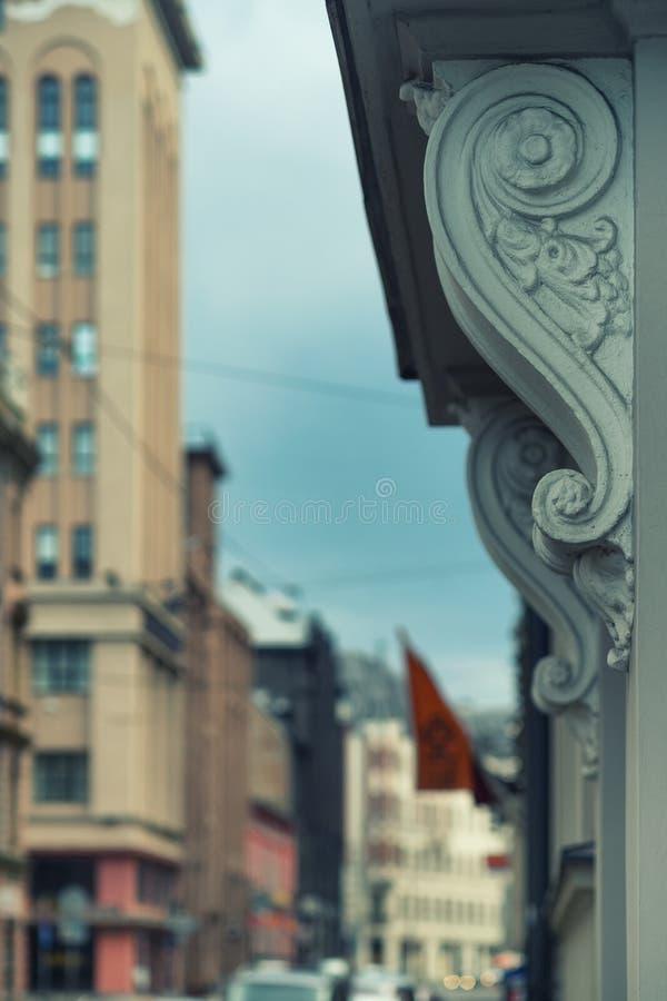 Garnering på fasaden av ett hus i Riga fotografering för bildbyråer