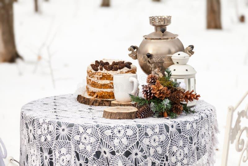 Garneringar för ett datum eller ett bröllop i vinterskogen arkivfoto